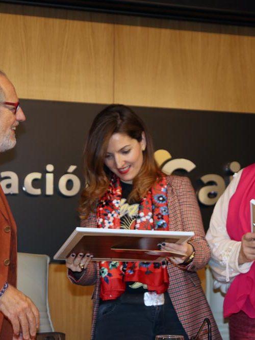 Entrega de obsequio a Lucía Avilés