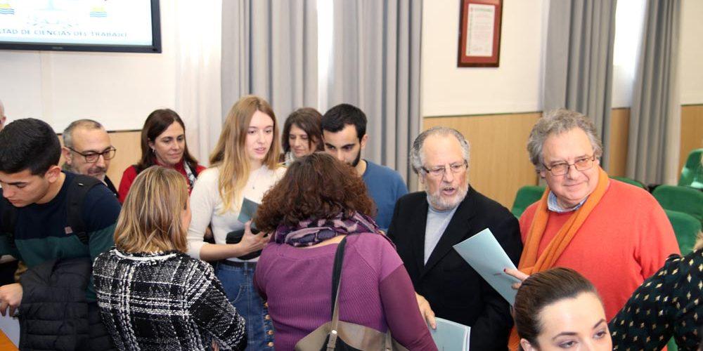 Algunos asistentes después del foro con los ponentes 02